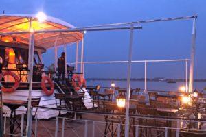 カンボジアクルーズの船の甲板