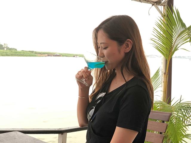 カンボジアクルーズでカクテルを飲む女子