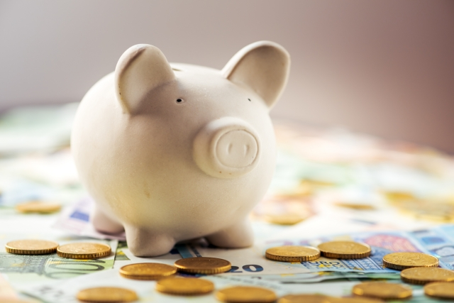 豚の貯金箱とドル