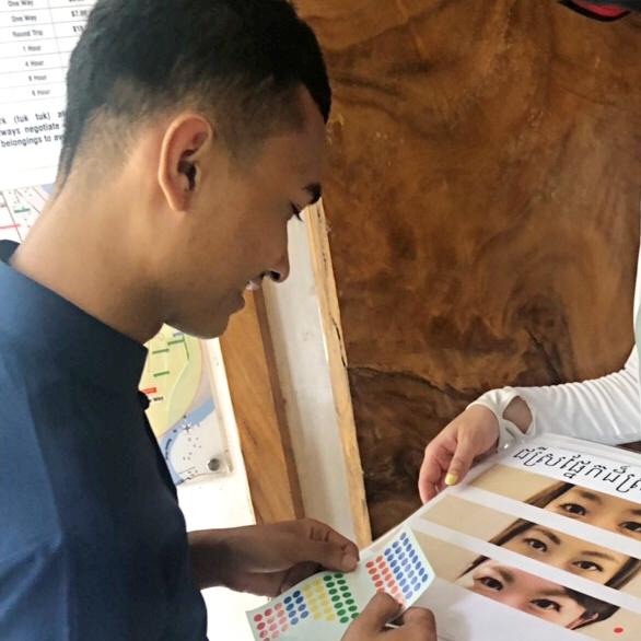 カンボジアのイケメンのドアマンが日本人のパーツを選んでくれました
