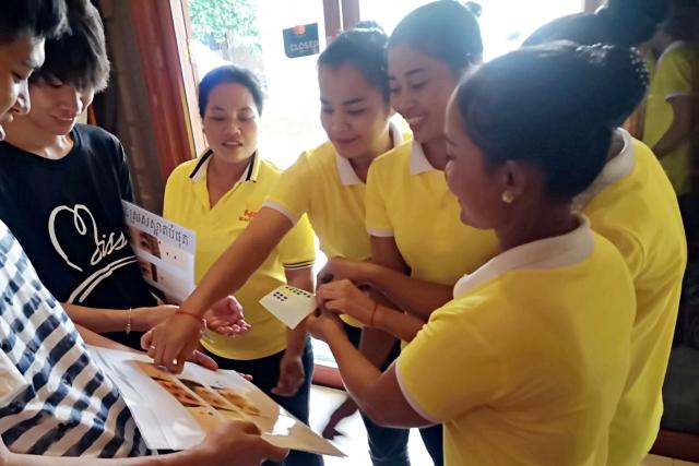 カンボジアのマッサージ店のお姉さま方も選んでくれました